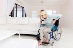 A mulher deficiente levanta-se fotografia de stock royalty free