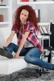 Mulher deficiente que tenta levantar-se da cadeira de rodas imagem de stock