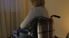 Mulher deficiente só que sente comprimida, apoio das necessidades, as instituições de caridade filme