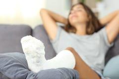 Mulher deficiente satisfeita que descansa em casa imagem de stock