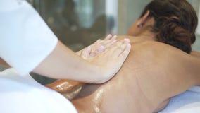 Mulher deitada em mesa especial e recriando em sessão de massagem vídeos de arquivo
