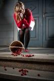 A mulher deixou cair suas cerejas frescas Fotos de Stock Royalty Free
