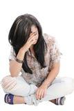 Mulher Dejected com mãos na face que senta-se no assoalho foto de stock royalty free
