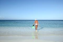 A mulher delgada em um biquini vai nadar Imagens de Stock