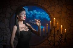 Mulher demoníaco com uma máscara foto de stock royalty free