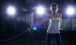 A mulher demonstra a faca da arte marcial da prática fotos de stock