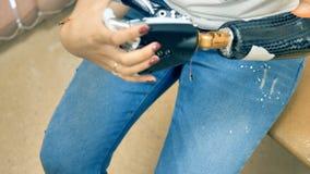 A mulher demonstra sua mão biônico robótico 4K vídeos de arquivo