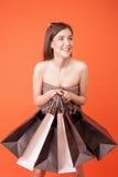 A mulher denominada nova bonita gosta de comprar a roupa Fotografia de Stock