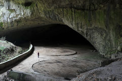 Mulher dentro da caverna de Devetashka Imagens de Stock