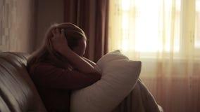 Mulher deprimida na cama menina que grita no sofá montanha aguda video estoque