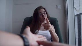 Mulher deprimida que discute com o alguém video estoque
