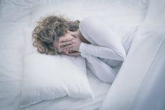 Mulher deprimida que dorme o dia inteiro imagem de stock royalty free