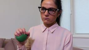 Mulher deprimida que espreme a bola do esforço vídeos de arquivo