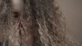 Mulher deprimida que mantém a cara nas mãos, fim de grito novo da estudante, retrato emocional com rasgos Fotografia de Stock
