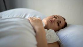 Mulher deprimida triste que encontra-se na cama vídeos de arquivo