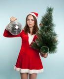 Mulher desagradada bonita no traje do ano novo com um ano novo b Imagens de Stock Royalty Free
