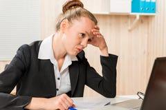 Mulher desapontado que procura um erro do analista financeiro imagens de stock
