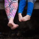 Mulher descalça com uma criança fotos de stock