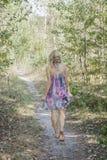 Mulher descalça que anda através da floresta Fotos de Stock