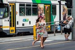 Mulher descalça que retorna de Melbourne Cup imagem de stock