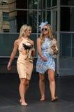 Mulher descalça que retorna de Melbourne Cup foto de stock royalty free
