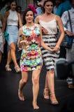Mulher descalça que retorna de Melbourne Cup fotografia de stock