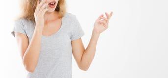 Mulher descontentada irritada que fala a alguém no telefone celular, cliente desagradado que queixa-se sobre o serviço mau fotos de stock