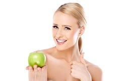 Mulher desencapada atrativa que guarda Apple verde foto de stock