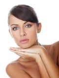 Mulher desencapada lindo com ambas as mãos no Chin fotografia de stock