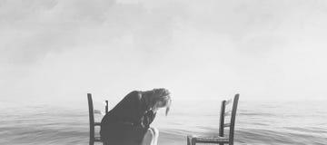 A mulher desesperada chora a falta de seu amante fotos de stock