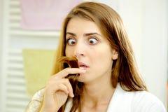 Mulher desesperada sobre o cabelo das extremidades rachadas Fotografia de Stock Royalty Free