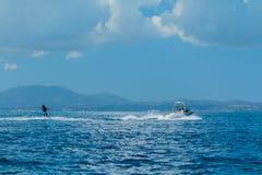 A mulher desliza no esqui aquático nas ondas no mar, oceano Estilo de vida saudável Emoções humanas positivas, alegria Divertimen fotos de stock royalty free