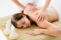 Mulher despida que recebe a massagem do massagista Foto de Stock Royalty Free