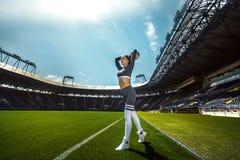Mulher desportiva atlética no sportswear com a bola de futebol no estádio fotografia de stock