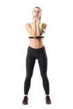 Mulher desportiva bonita que aquece-se ao fazer o exercício do pulso da rotação fotos de stock royalty free