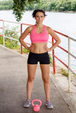 Mulher desportiva com kettlebell cor-de-rosa Fotos de Stock