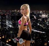 Mulher desportiva com pesos de aço pesados Imagens de Stock