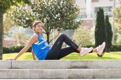 Mulher desportiva da felicidade que exercita e que treina no parque fotografia de stock royalty free