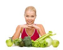Mulher desportiva de sorriso com alimento biológico Fotos de Stock Royalty Free