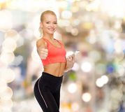 Mulher desportiva de sorriso com smartphone Imagem de Stock