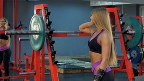 Mulher desportiva de sorriso que fala no telefone no gym imagens de stock royalty free