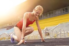 Mulher desportiva do corredor da aptidão nova foto de stock royalty free