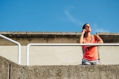 Mulher desportiva na chamada do smartphone foto de stock