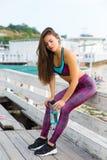 Mulher desportiva na praia Foto de Stock Royalty Free