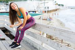 Mulher desportiva na praia Fotos de Stock Royalty Free
