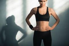 Mulher desportiva na roupa desportivo com sombras Fotografia de Stock