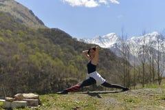 Mulher desportiva nas montanhas fotografia de stock royalty free