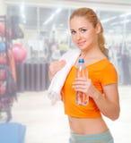 Mulher desportiva no clube de aptidão Imagem de Stock