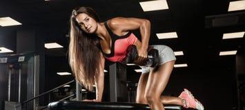 Mulher desportiva no Gym fotografia de stock royalty free