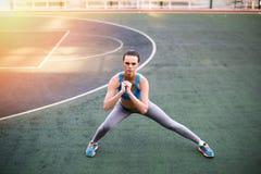 Mulher desportiva no sportswear que exercita no estádio no por do sol fotografia de stock